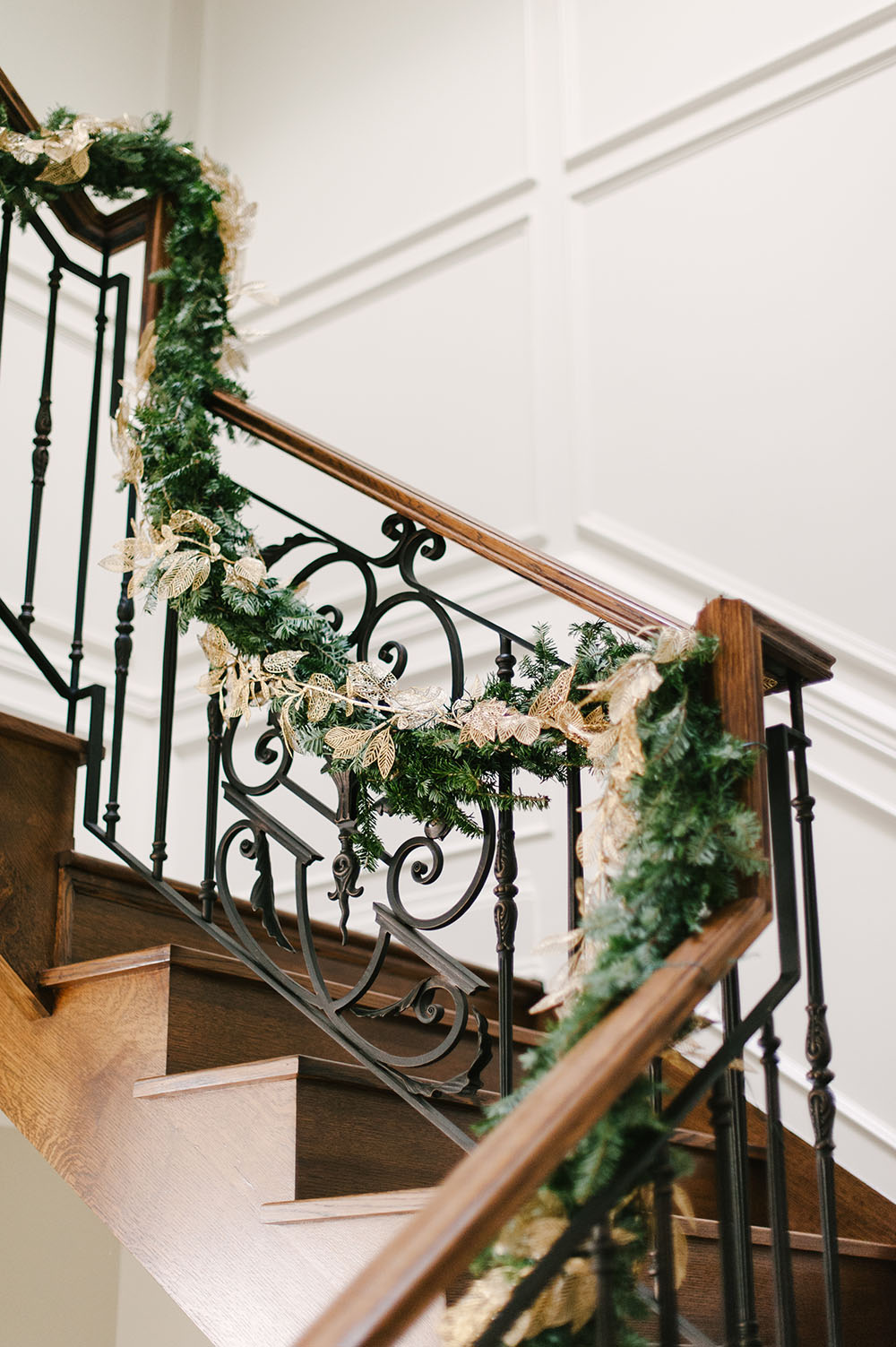 Christmas Home Tour, Classic Christmas Home, Elegant Christmas Home, Luxe Christmas Home, Luxe Christmas Decor, Perfect Stair Garland, Garland Railings, Elegant Christmas Garland